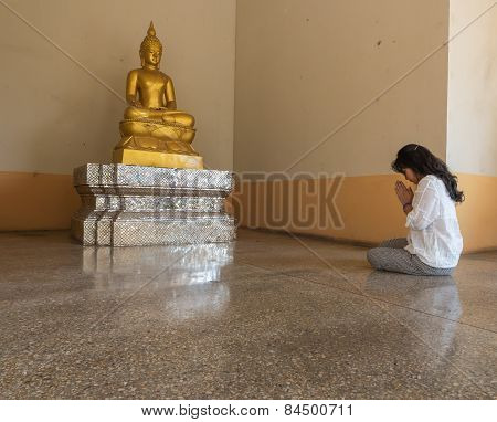 Worship to Buddha Statue
