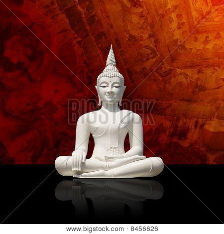 Aislado a Buda blanco sobre fondo colorido (trazado de recorte de incl.)