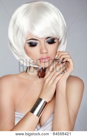 Smoky Eye Makeup. White Bob Hairstyle. Fashion Blong Girl Model. Manicured Nails. Silver Jewelry. St