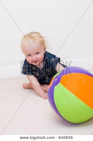 Mädchen spielen mit Colorfull ball