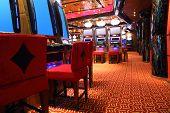 Постер, плакат: Современный пустой казино холл с игровые автоматы вид сбоку