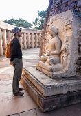 pic of tabernacle  - Travelers in the Indian temple in the Sanchi  - JPG