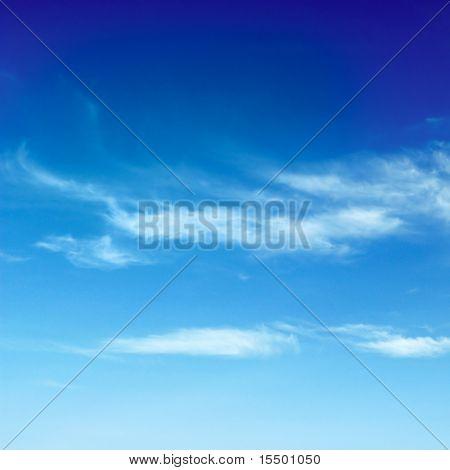 mooie witte wolken in de blauwe hemel