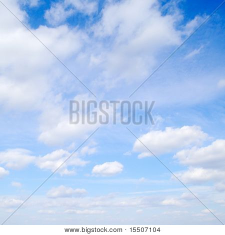 White fluffy Clouds in den blauen Himmel