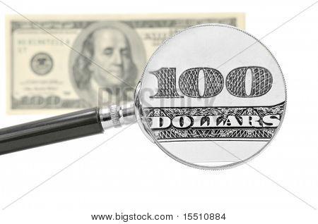 Estudio de billetes de cien dólares a través de una lupa