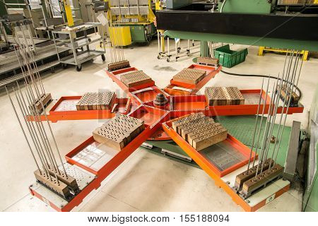 Revolving platform on which the press deposits the aluminum fins.