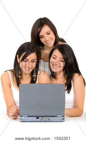 Mädchen auf einem laptop