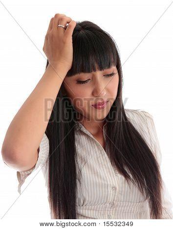 Junge Frau betont, überarbeitet oder mit Kopfschmerzen