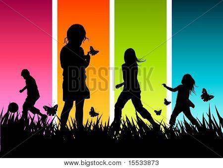 Un grupo de niños jugando afuera.