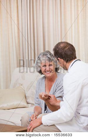 Doctor hablando con su paciente en el hogar