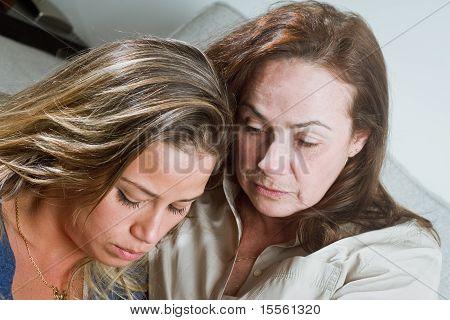 Schlechte Nachrichten für Mama und Tochter im Haus Portrait