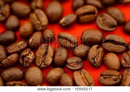 红色背景上的咖啡豆