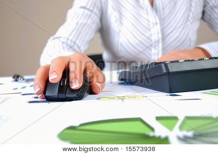 Empresario de lugar de trabajo. Gráficos, títulos, gráficos en su escritorio