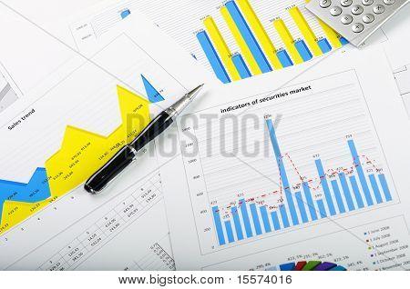 gráficos de vendas de títulos - homem de negócios bem sucedido de local de trabalho