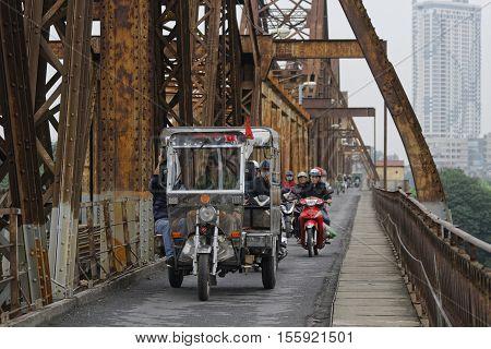 Hanoi, Vietnam, Octobre 31, 2016 : Long Bien Bridge Is A Historic Cantilever Bridge Across The Red R