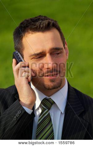 Atractivo joven empresario en el teléfono móvil