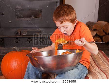 Junge Essen Kürbisse