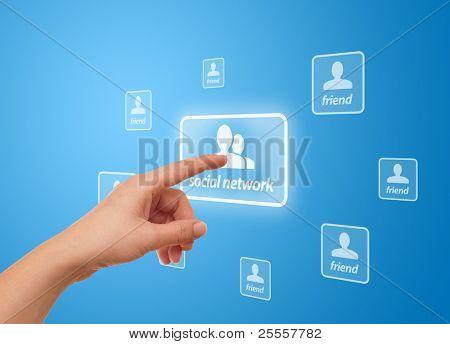 mão de mulher pressionando o ícone de rede Social