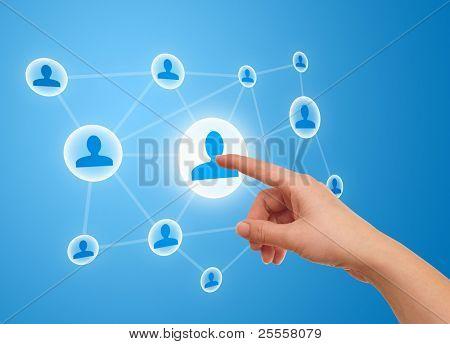 mano de la mujer pulsando el icono de Red Social