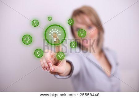 Tecla de idea con una mano de mujer
