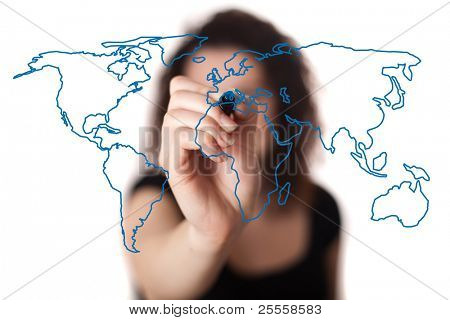 mujer partiendo el mapa del mundo en una pizarra (bokeh)