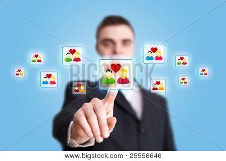 Mano de empresario pulsando el icono de Red Social