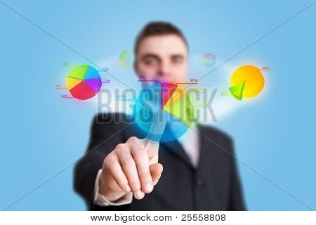 mão de empresário, pressionando o botão de gráfico de pizza