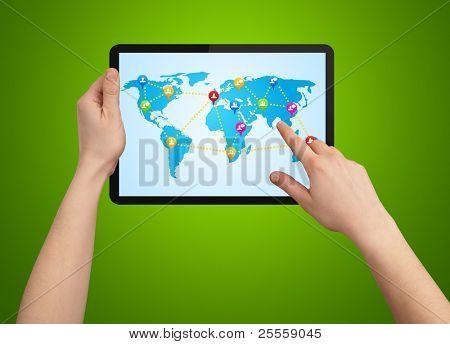 Uma mão masculina segurando um tablet moderno com mapa social