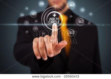 Empresário pressionando botões sociais modernos em um fundo virtual