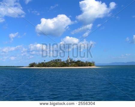Ilha de coral em um mar de azul claro