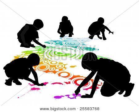 los niños dibujan en el suelo por tiza