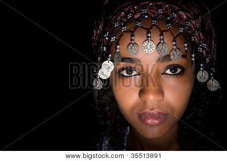 Africana jovem atraente com cocar marroquino tradicional