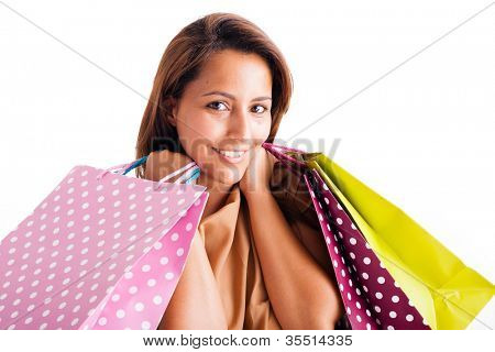 Closeup Retrato de la bella joven sujeta bolsas sobre blanco