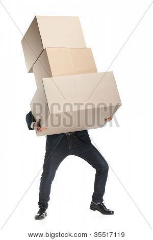 Verkäuferin trägt die schwere Paket-, isoliert, Weißer Hintergrund