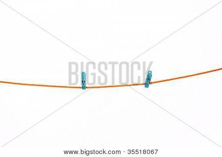 Linha de lavandaria com prendedor de papel em um backround branco