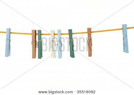 Linha de lavandaria com vários prendedores de roupa em um backround branco