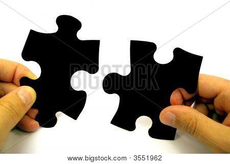 Piezas del puzzle en manos