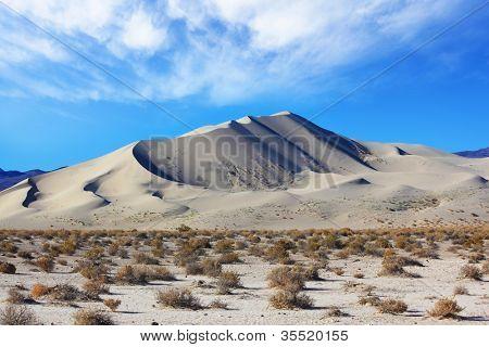Manhã no deserto. Areias frias do famoso Eureka - uma duna gigante na Califórnia.