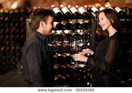 Sommelier ofrece degustación de vinos