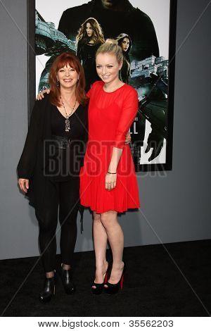 "LOS ANGELES - 1 de agosto: Frances Fisher, Francesca Eastwood chega na estréia de ""Total Recall"" em G"