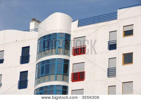 Edifício residencial colorido moderno