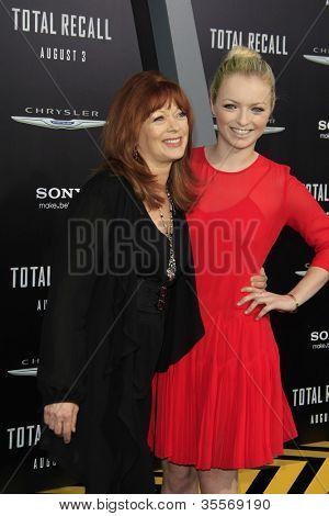 LOS ANGELES - 1 de agosto: Frances Fisher, Francesca Eastwood na estréia de Los Angeles ' Total Recall
