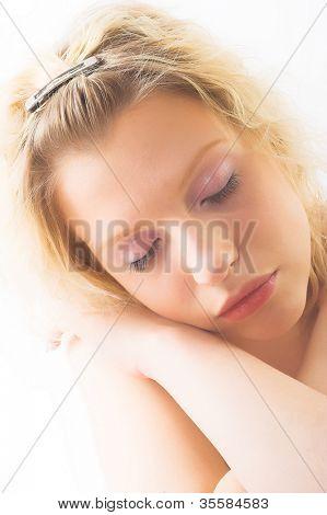 Hallo Schlüssel Porträt einer schönen Frau, die immer bereit für die Spa-Behandlung