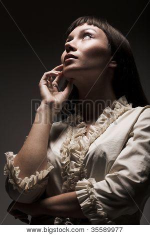 Mujer mirando hacia el futuro