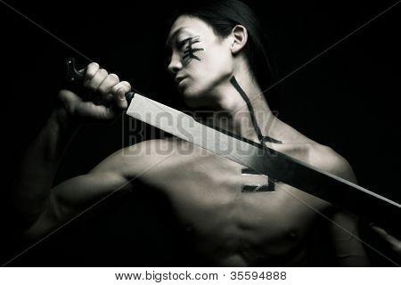 homem asiático com katana