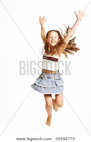 niña salta sobre un fondo blanco