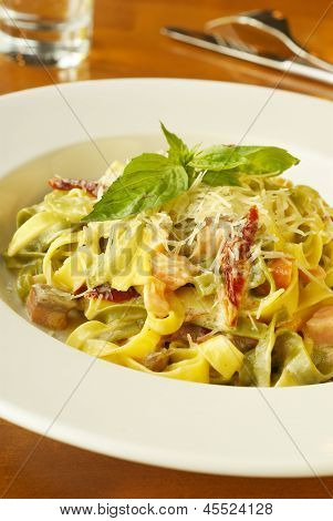 Pasta with salmon, dried tomatoes and cheese