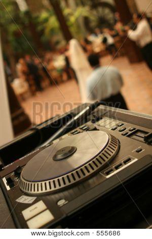 Tocadiscos de DJ en una fiesta