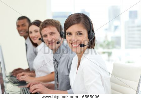 Colaboradores felizes com fones de ouvido no trabalho em Call Center