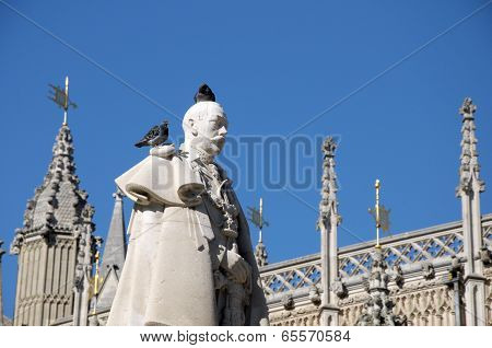 Statue of King George 5th behind Westminster Abbey